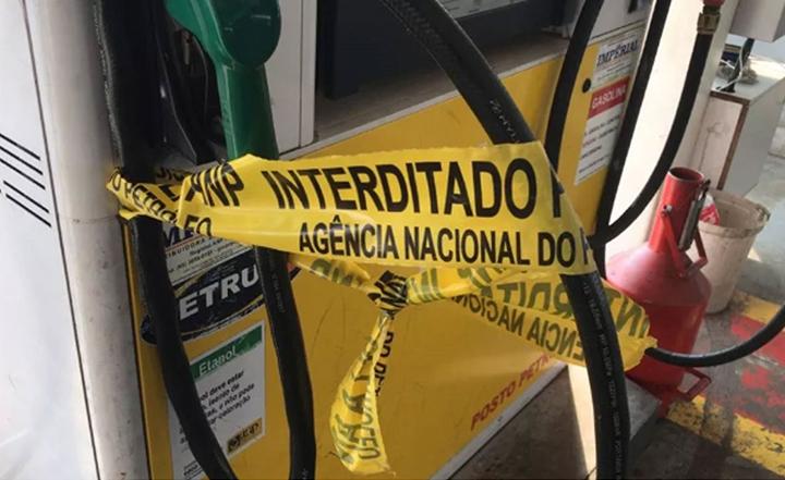 Fiscalizacao da ANP interdita postos de combustiveis por venda irregular. Objetivo impedir fraudes.