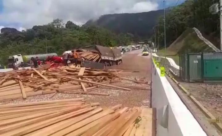 Na BR-376 acidentes mostram que a rodovia precisa ampliar a capacidade. Duas mortes num dia.