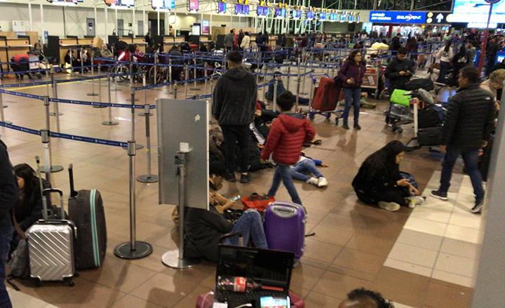 Apreensao e caos no Aeroporto de Santiago do Chile, com passageiros internacionais. Falta tudo.