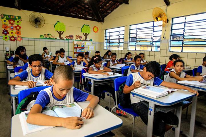 Uso de oculos e exames oftalmologicos ajudam rendimento escolar das criancas. Pesquisa em Campinas.