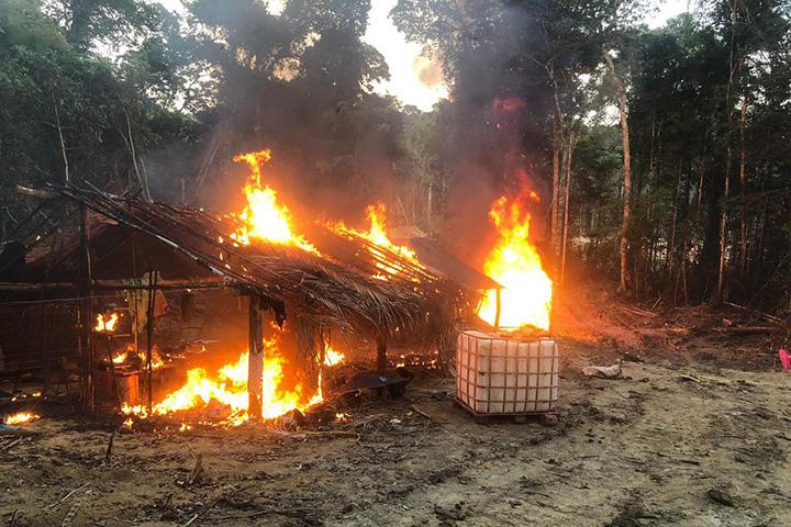 Embarcacoes e armamentos foram apreendidos pela Policia do Ministerio da Defesa, na Amazonia