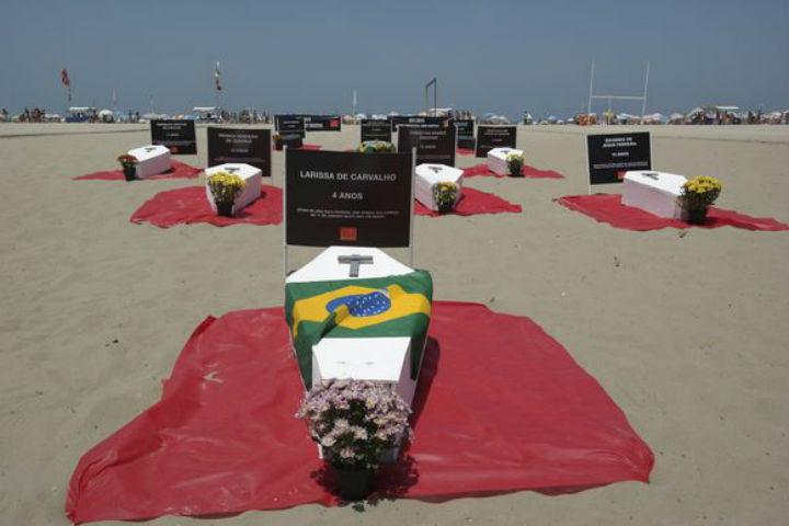 Ha anos a populacao do Rio de Janeiro protesta nas areias da praia contra os assassinatos