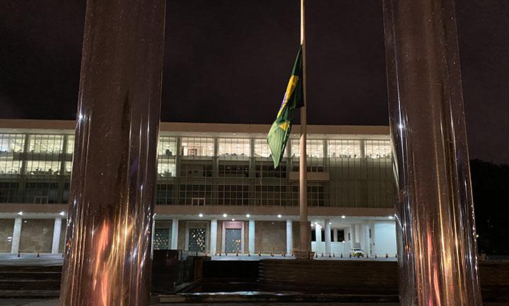 Bandeira do Brasil esta no lugar em frente ao Palacio Iguacu em Curitiba. Foto Jornalista Moreira.