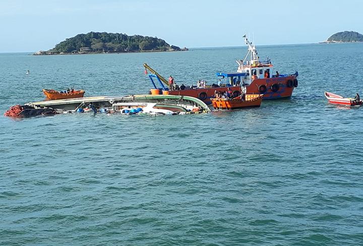 Estao salvos os 16 tripulantes da barca que afundou na Ilha da Paz em Santa Catarina