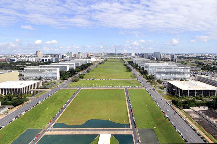 Em Brasilia e no Pais, interessa conhecer e discutir a reforma administrativa hoje na Camara Federal