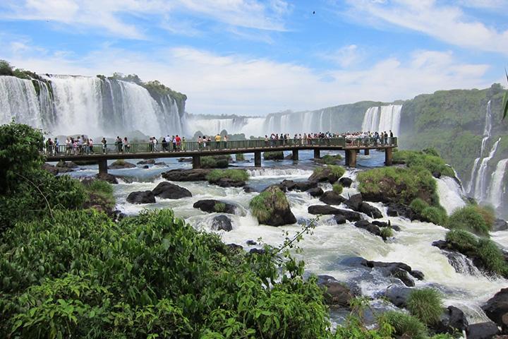 Cataratas do Iguacu, sul do Brasil, já passando de 2 milhões de visitantes ano. Impactos monitorados