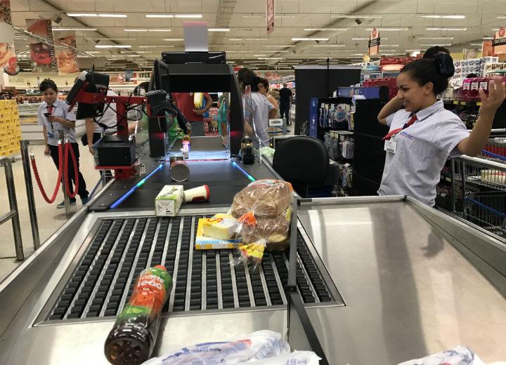 No Condor supermercado de Curitiba, a máquina que o cliente opera. Dispensa o caixa. FOTO Moreira