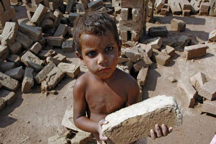 Há uma luta mundial contra o trabalho escravo, mal que afeta mais mulheres e criancas
