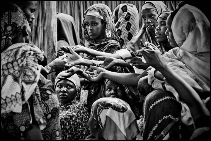 Ha 821 milhoes de pessoas com fome. Aqui mulheres do Quenia disputam cupons de comida. FOTO ONU
