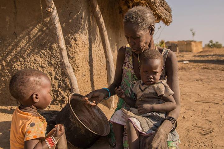 Esta imagem do próprio PMA mostra a mae que contempla a vazilha sem comida para os dois filhos