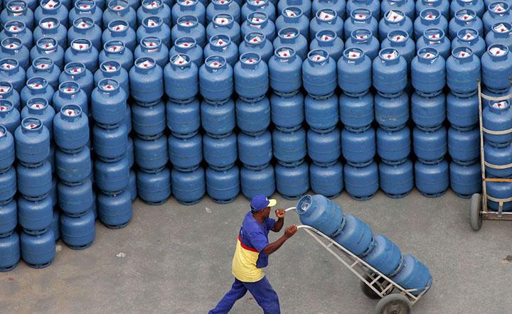 Irregularidades na venda de combustiveis como diesel, gasolina e gas geram interdicao de 80 postos