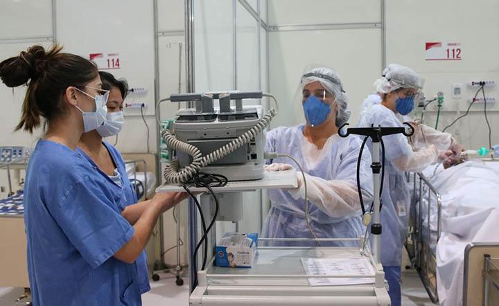 No ambiente hospitalar e de emergencias, trabalhadores vivem risco permanente de contrair doencas.