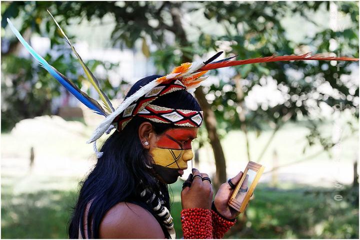 Indio pataxo enfeitado para festival. Preservação da cultura indígena está em debate na ONU.