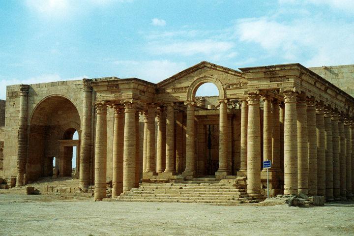 Extremistas em guerra desrespeitam acervos históricos como as colunas de Hatra, no Iraque