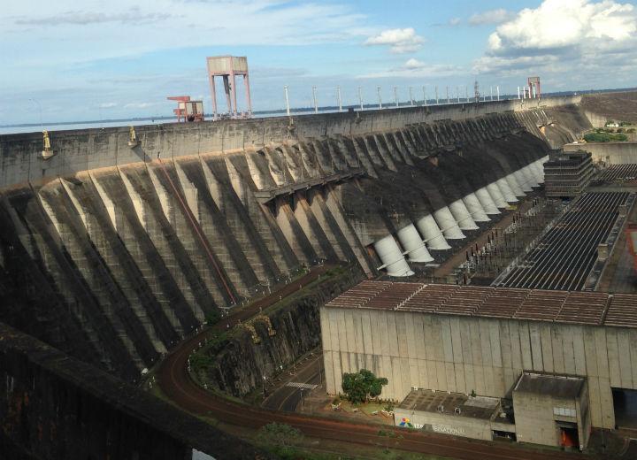 Itaipu produz bem menos, mas a demanda de energia no Brasil e Paraguai continua atendida plenamente