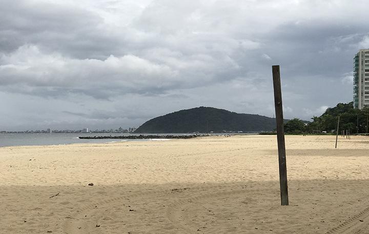 Praia deserta em Caioba e ao fundo Guaratuba. Ordem no Parana nao deixar ninguem entrar por 14 dias.