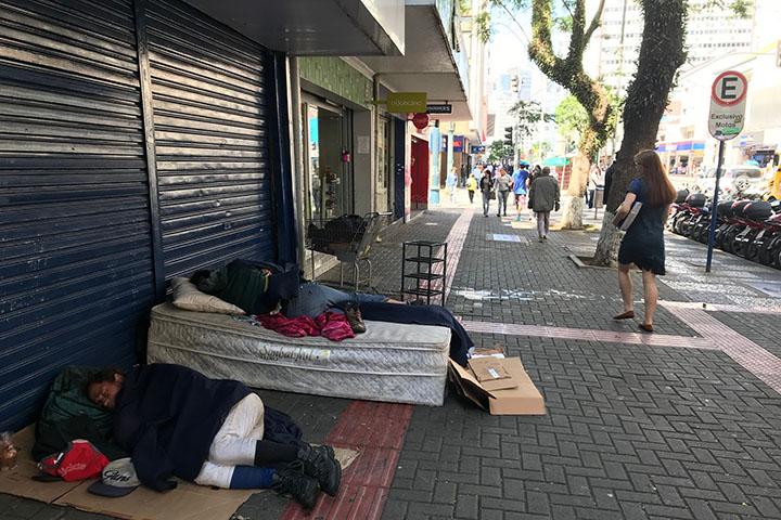 Para muitos o desemprego leva viver na rua onde a solidariedade nao restaura dignidade ao ser humano