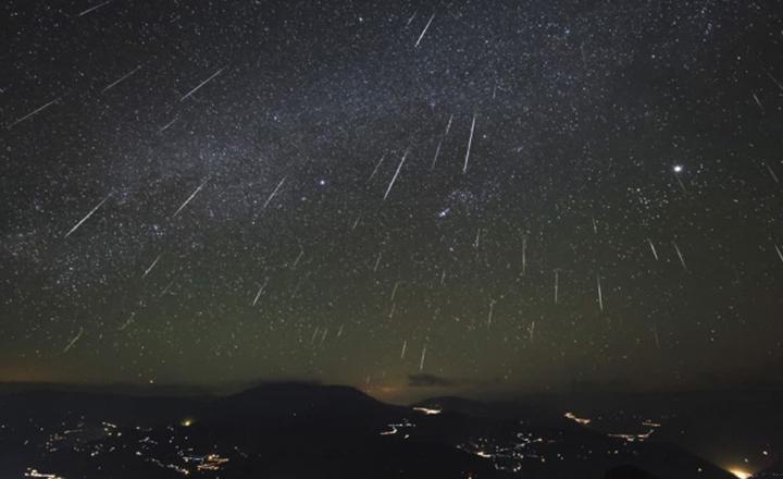 Na noite e madrugada, observadores podem ver no ceu a chuva de meteoros e estrelas cadentes