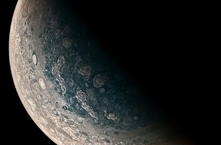 Júpiter tem mais de 3 dezenas de satélites. Na lua Europa pode haver vida, acreditam cientistas.