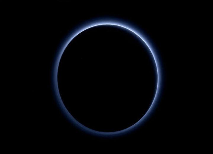 Em Plutão o céu é azul e há água gelada, anunciam cientistas da Nasa pela sonda New Horizons.