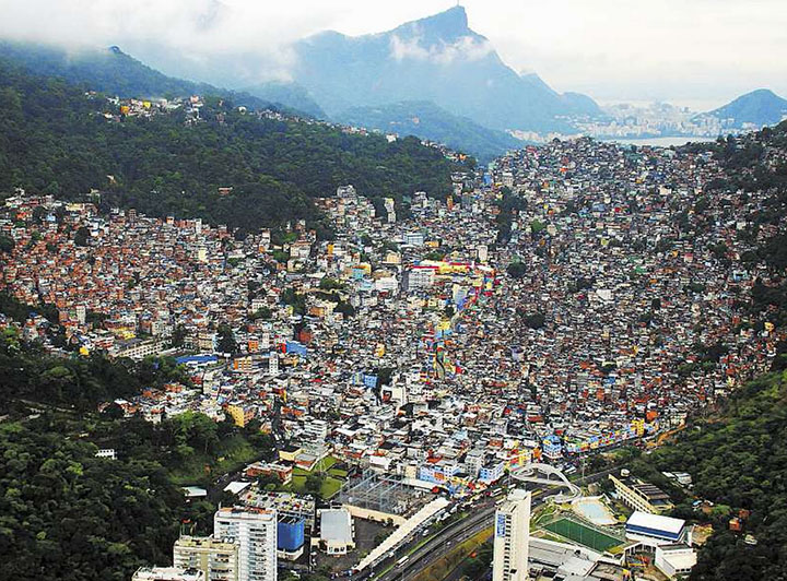 Favelas como da Rocinha no Rio de Janeiro, falta de habitacao, consequencia do superpopulacionamento