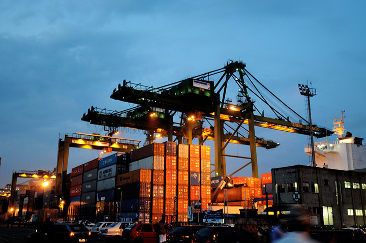 Porto de Santos, uso de conteineres que carregam produtos pelo mundo de modo simples e barato