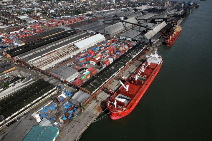 Guerra de tarifas China-EUA causa alta de precos e inibe comercio internacional. Porto de Santos.