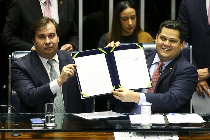Rodrigo Maia e David Alcolumbre promulgam a nova previdencia no Brasil. Foto AgBr, Marcelo Camargo.