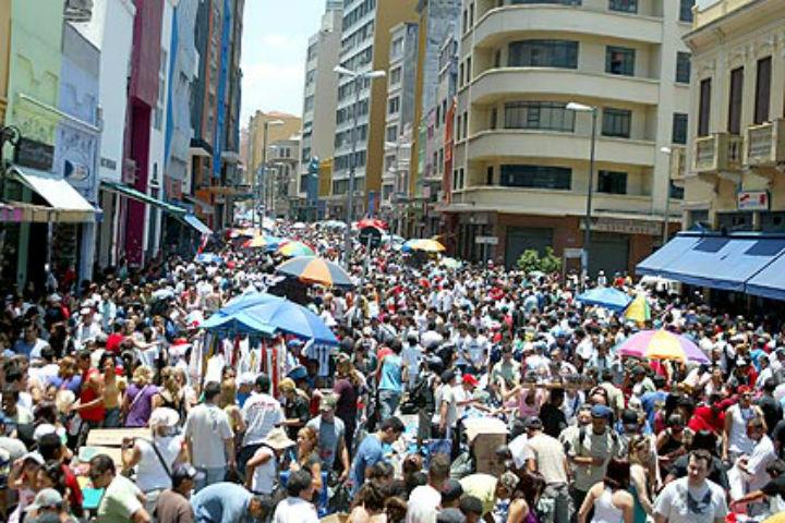 Na 25 de março em São Paulo ou shopping, brasileiro compra sem pensar. Para USP, problema psiquico.