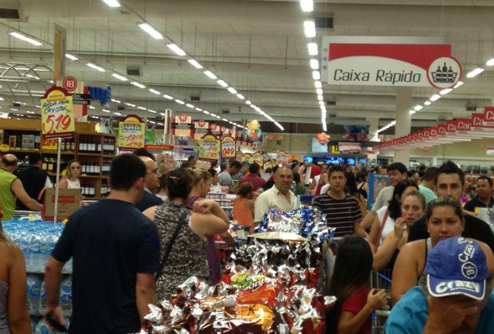 Brasileiros não sabem investir e gastam mal o dinheiro com excessos nas compras. FOTO Moreira