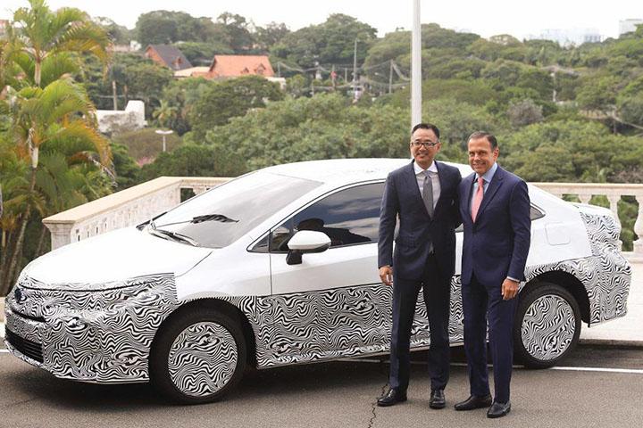 Executivo da Toyota e o governador Joao Doria com o Corolla, primeiro automovel com 3 combustiveis