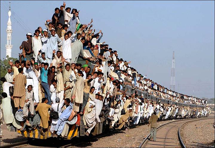 Esta imagem impressionante, de 2011, no Paquistao, retrata o estado da mobilidade pelo mundo.