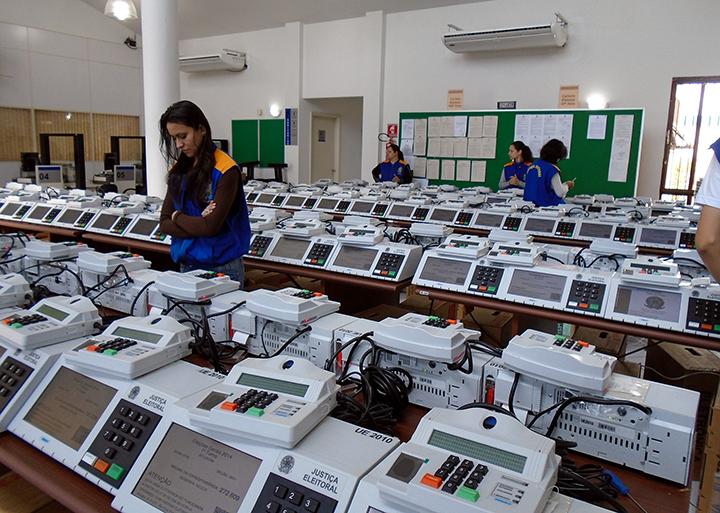 Eleicoes de 2020 terao urnas eletronicas mas nao a biometria, para evitar infeccao por coronavirus