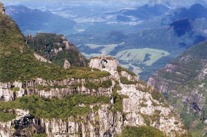 Atracoes naturais pelo Brasil, como a pedra furada em Urubici, regiao sul, dao lucro ao turismo.