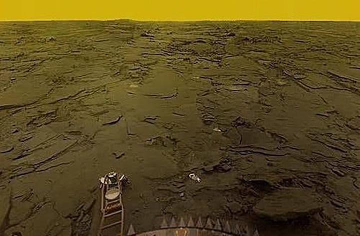 Com temperatura de ate 1000 graus, Venus e feio, inabitavel. Foto Sonda sovietica Venera em 1981.