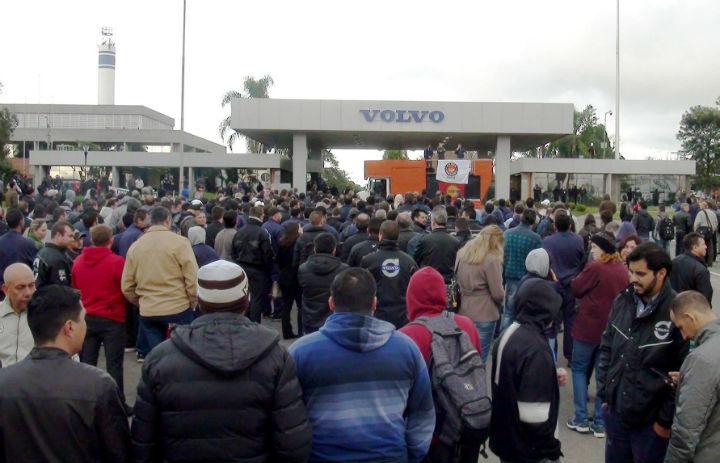 Volvo programa demissões com vendas em queda de 27%. Metalúrgicos fazem greve e asseguram empregos.
